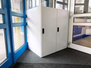 Grosses Paketfach im Eingangsbereich.